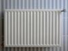 radiator_op_blauw-wit-gestreepte_tegels
